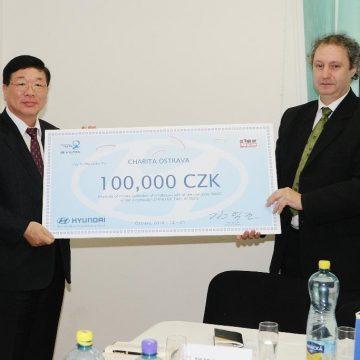 Zástupci společnosti HMMC předali symbolický šek Charitě Ostrava