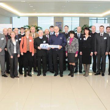 Společnost HMMC daruje 10 aut školám a institucím