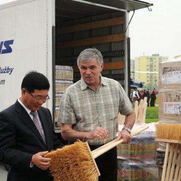 Hejtman Moravskoslezského kraje převzal od prezidenta společnosti Hyundai materiální pomoc obětem povodní
