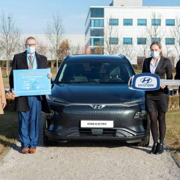 Elektrická Kona z Nošovic jede na vysokou. Hyundai daruje tři vozy školám s neotřelými nápady, jak posunout elektromobilitu dál